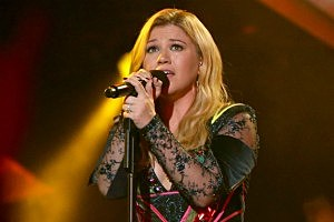 Kelly Clarkson lets the world know that Clive Davis is a liar.